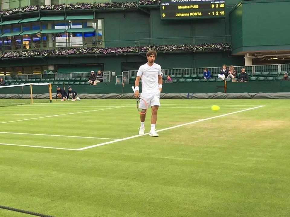 Gastão Elias travado em Wimbledon em dia cinzentão