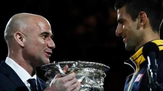 Agassi: «Djokovic rompeu o tendão do cotovelo»