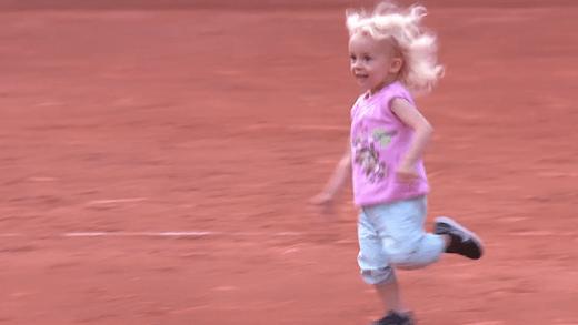 [VÍDEO] Bonito. Filha corre para a abraçar Schnyder ao ver a mãe ganhar um encontro WTA pela 1.ª vez