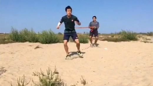 Kei Nishikori continua a recuperação… com o braço fortemente ligado