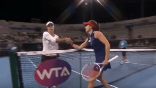 [VÍDEO] Cornet derrotou Kerber e o encontro acabou com tensão à rede