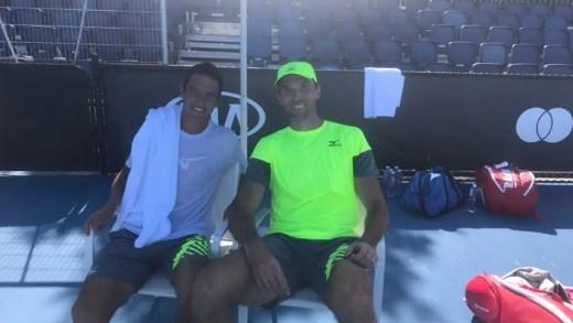 [FOTO] O último treino de Gonçalo Oliveira para o 'qualifying' do Australian Open foi com… Ivo Karlovic