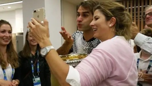 Regresso a 2017: O momento em que Federer mostra aos filhos o troféu de campeão