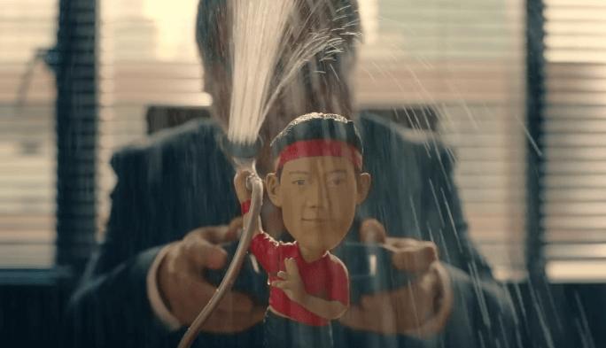 [VÍDEO] Nishikori dá banho em anúncio… curioso