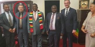 Në foto: Klodian (alias Mirel Mërtiri) ose Ilir Dedja, i dyti nga e majta, në rreth. I pari nga e djathta, ish-deputeti i PD, Gerti Bogdani, në takim me Presidentin e Zimbabve, Emmerson Manngagva