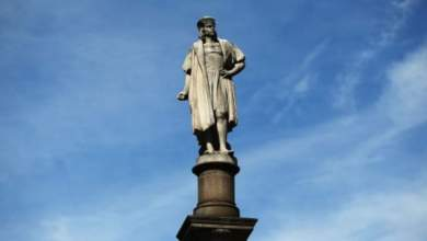 Photo of الإطاحة بتمثال كريستوفر كولومبوس وإشعال النار فيه قبل رميه في بحيرة.