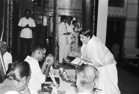 Lata greeting a classical musician