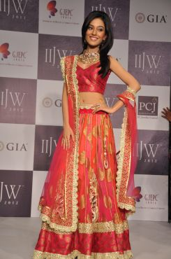 05 Amrita Rao wearing JASHN Lehenga at IIJW 2012.,