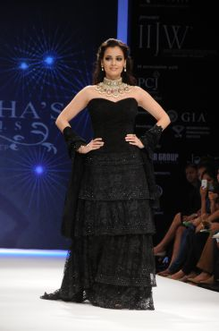 11 Dia Mirza in a Jashn Black Lace Lehenga & Duppata at IIJW 2012