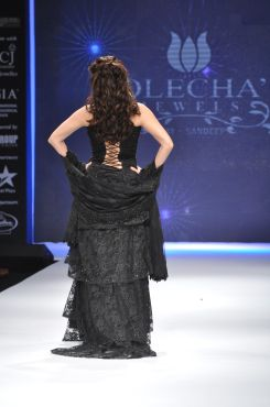 12 Dia Mirza in a Jashn Black Lace Lehenga & Duppata at IIJW 2012