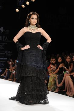 13 Dia Mirza in a Jashn Black Lace Lehenga & Duppata at IIJW 2012