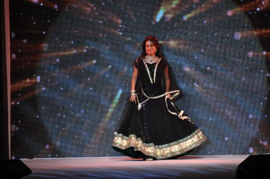 27 Juhi Chawla looked stunning in Jashn Black Net Lehenga & Georgette Kurti at IIJW 2012