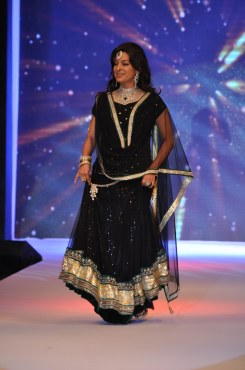 30 Juhi Chawla looked stunning in Jashn Black Net Lehenga & Georgette Kurti at IIJW 2012