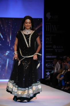 32 Juhi Chawla looked stunning in Jashn Black Net Lehenga & Georgette Kurti at IIJW 2012