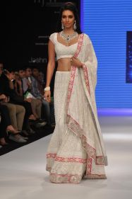 39 Preety Desai looked stunning in JASHN outfit at the IIJW 2012