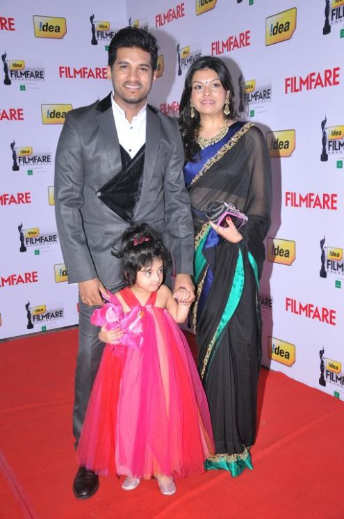 Vijay Yesudas with wife and daughter at the Red Carpet of '59th !dea Filmfare Awards 2011' (South) on 8th July at Jawaharlal Nehru indoor stadium, C