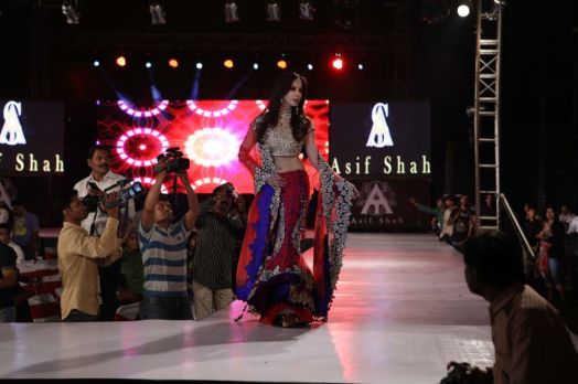 06 - Show Stopper Urmila Matondkar in a designer Asif Shah's collection in Indore at Sayaji Palace,..