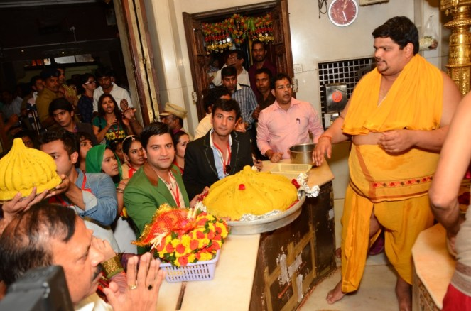 Chef Vikas Khanna and Chef Kunal Kapoor along with contestants at Siddhivinayak Mandir seeking blessings