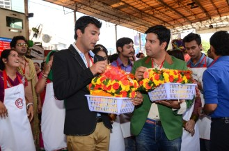 Chef Vikas Khanna and Chef Kunal Kapoor along with contestants at Siddhivinayak Mandir