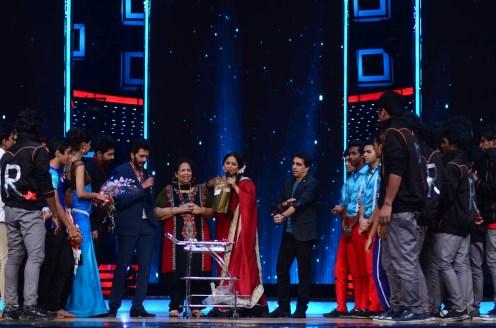 Geeta Kapoor celebrating her birthday with the contestants