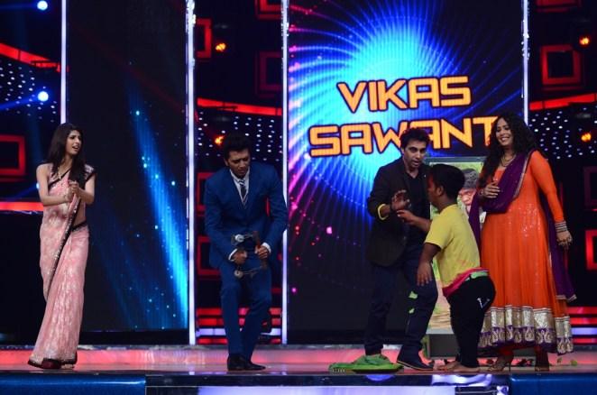 Judges Riteish Deshmukh, Geeta Kapoor and Ashley Lobo dancing with IDS contestant Vikas Sawant