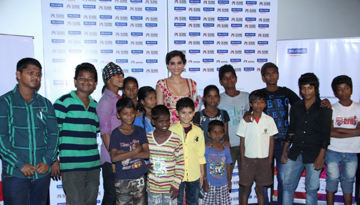 Sonam Kapoor with Kids from Little Big People_at 15th Mumbai Film Festival (5)