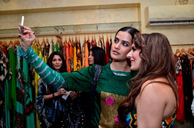 08 Sona Mohapatra with Pria - Taking a selfie at Pria Kataaria Puri Store Launch Event