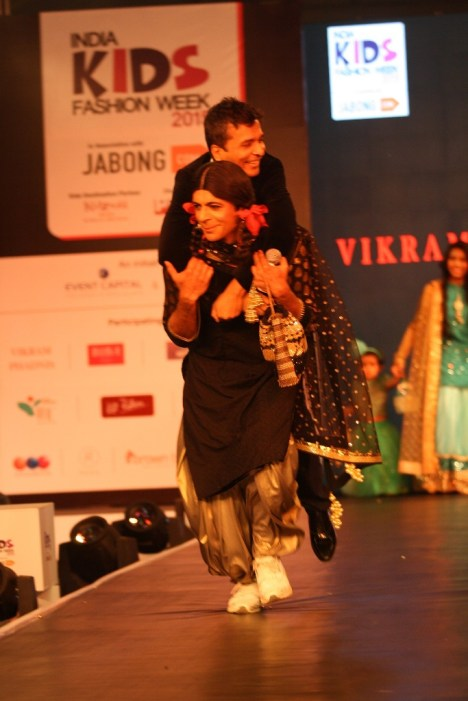 3 Guthi walks the ramp as showstopper for designer Vikram Phadnis at IKFW 2015