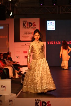 Girl wlking the ramp for Vikram Phadnis Show at IKFW 2015