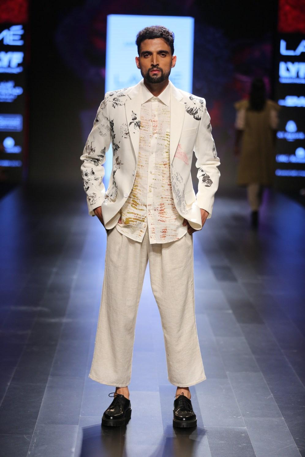 05.Model walking for Designer Aartivijay Gupta @Lakme Fashion Week Winter-Festive 2016