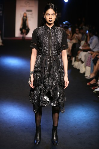 06.Model walking for Designer Eshaa Amiin @Lakme Fashion Week Winter Festive 2016
