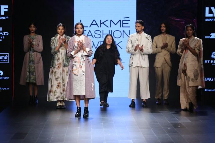 07.Designer Aartivijay Gupta with models @Lakme Fashion Week Winter-Festive 2016