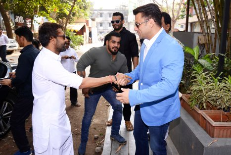 ajay-devgn-with-ali-reza-abdi-brand-owner-sheesha-sky-lounge-5