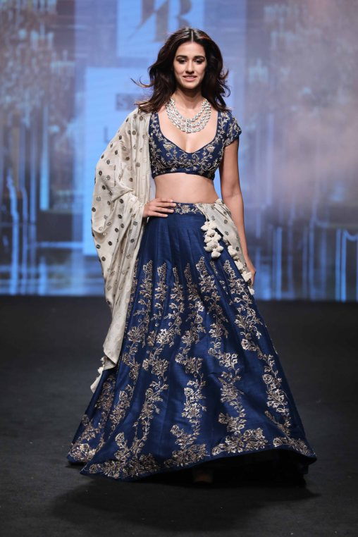 showstopper-disha-patani-for-jayanti-reddy-at-lfw-sr-17-1
