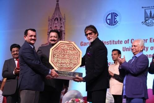 Vice Chancellor Sanjay Deshmukh presenting Amitabh Bachchan A token from the University of Mumbai (3)