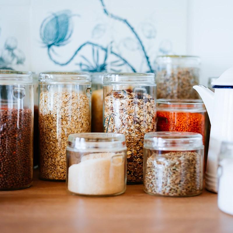 canister items in pantry shutterstock 726096892 - 13 maneiras inteligentes de limpar e organizar seus armários