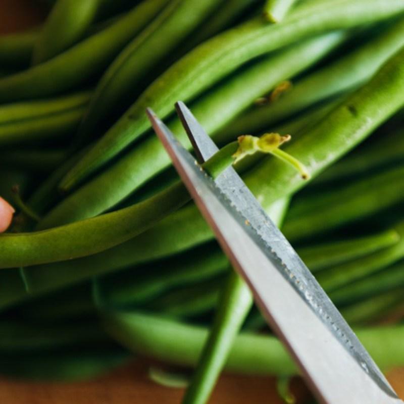 shutterstock 1143651503 cutting green beans - 18 maneiras de cozinhar tudo mais rápido