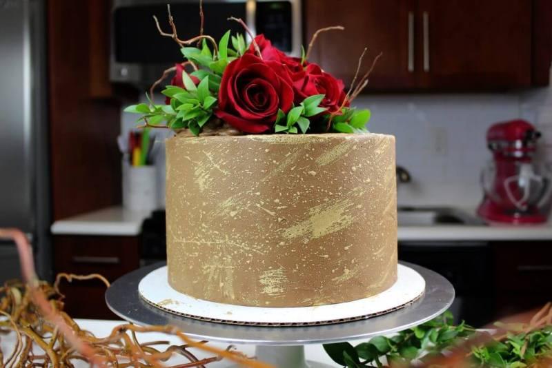 uncut engagement cake with decorations on counter 1024x683 - Minhas principais dicas sobre como fazer seu próprio bolo de casamento