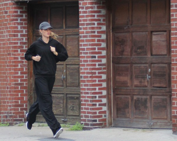 Gisele runs to the gym