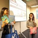Fernanda distribuindo os prêmios