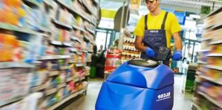 personal de limpieza en supermercado_edited