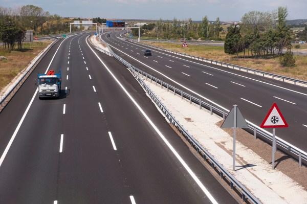 Abertis equipará las autopistas españolas con más de 30 dispositivos de reanimación cardíaca
