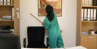 mujer limpieza oficina