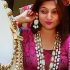 divyanka-tripathi-tries-earrings-during-her-wedding-jewellery-shopping-201606-1465970604