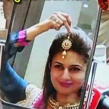 divyanka-tripathi-tries-maang-tika-during-wedding-shopping-201606-1465970603