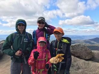 全家在山南道国家公园演练爬山