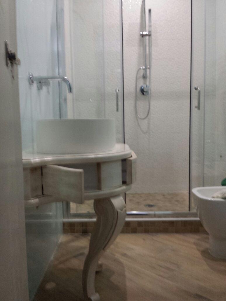 Mobile da bagno sottolavabo laccato e decapato  O