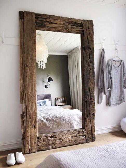Un grand miroir en bois imposant et large pour vérifier que toute ma tenue concorde bien ! ;)