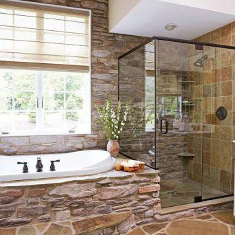 Une douche, une baignoire, pleins de pierres, de l'espace... on peut toujours rêver...