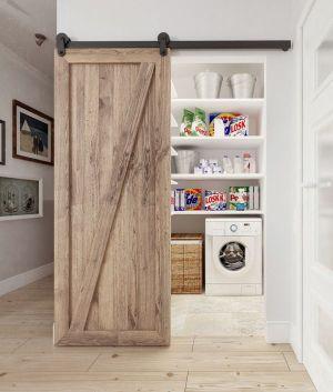 Une buanderie derrière une porte coulissante en bois... plus joli et agréable ! (joliplace.com)